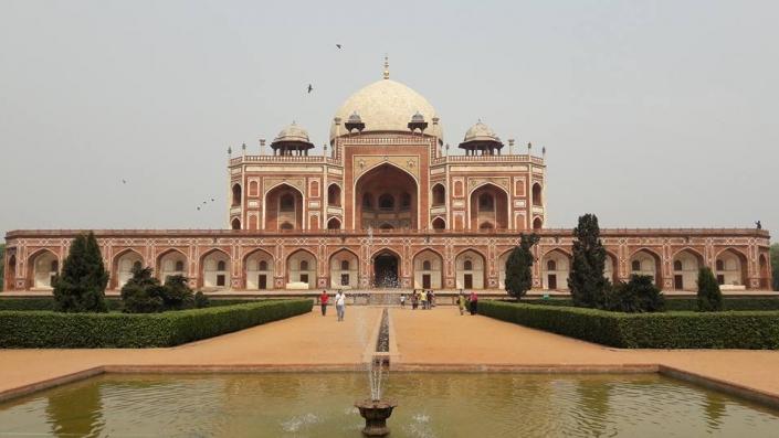 Indisches Mausoleum mit Kuppel aus roten und weißen Ziegeln