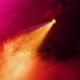 Farbiges Scheinwerferlicht leuchtet durch Bühnennebel