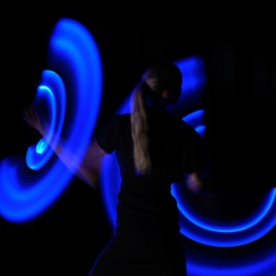 Leuchtende Kreise und Frau